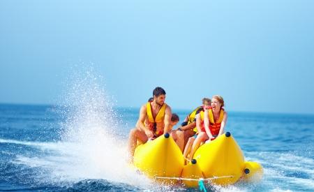 glückliche Menschen, die Spaß auf dem Bananenboot