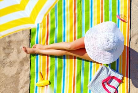 해변에서 일광욕을하는 매혹적인 여성 스톡 콘텐츠
