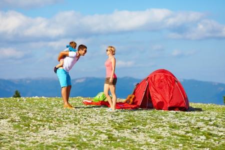 gelukkige familie camping in de bergen
