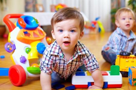 nieuwsgierige baby jongen bestuderen kinderkamer Stockfoto