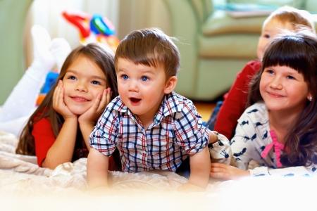groep van gelukkige kinderen kijken tv thuis Stockfoto