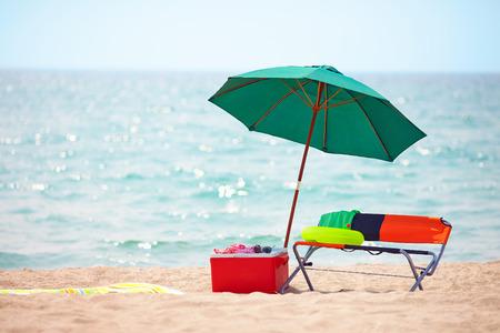 折りたたみ家具とアイス ボックスの夏のビーチで 写真素材