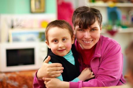 재활 센터에서 장애를 가진 밝은 아이