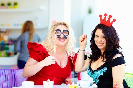 プラスのサイズのパーティーで楽しいを持っている女性 写真素材