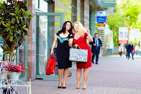 happy plus size vrouwen winkelen Stockfoto
