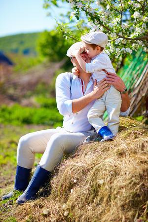 Vater und Sohn, die Spaß auf dem Bauernhof, auf dem Land Standard-Bild