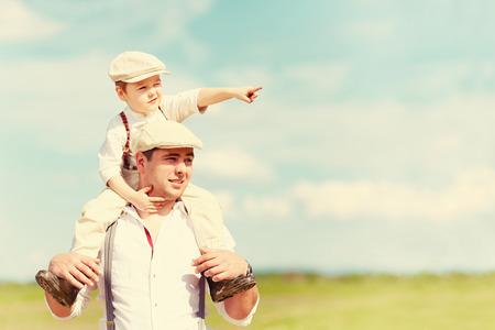 padre e hijo: retrato de padre e hijo en el campo Foto de archivo