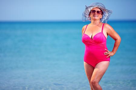 夏のビーチに美しい大人の女性