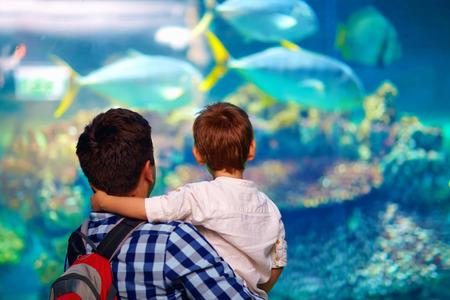 vader en zoon in oceanarium Stockfoto