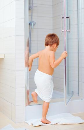 cabine de douche: enfant mignon prêt à se laver dans la douche Banque d'images