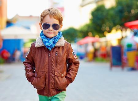 stijlvolle jongen lopen, stad, straat, mode herfst Stockfoto