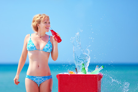 pretty girl drinks fresh beverages on beach Banque d'images