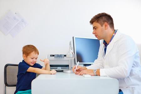 psicologia infantil: niño en el médico pediatra, psicólogo Foto de archivo