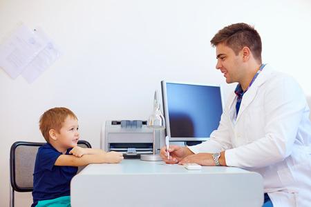 psicologia infantil: ni�o en el m�dico pediatra, psic�logo Foto de archivo
