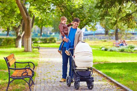 都市公園を歩いて子供の父