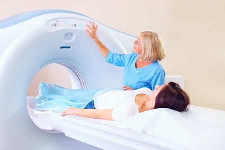 połowy dorosłych personel medyczny przygotowuje pacjenta do tomografii Zdjęcie Seryjne