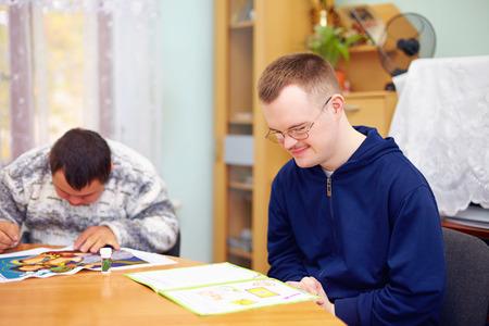 jonge volwassen man houdt zich bezig met zelfstudie, in het revalidatiecentrum