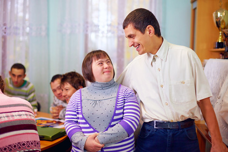 discapacidad: feliz a la gente con discapacidad en un centro de rehabilitación Foto de archivo