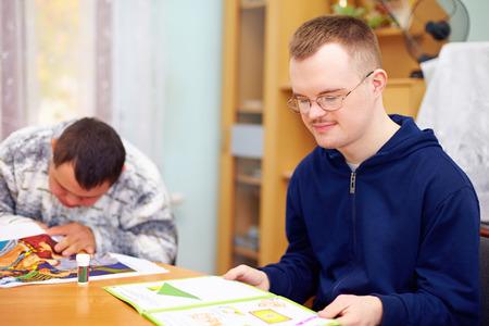 personas discapacitadas: hombre adulto joven se dedica a la auto-estudio, en centro de rehabilitaci�n Foto de archivo