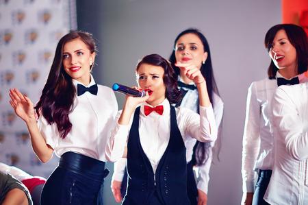 mujeres felices: mujeres bonitas que se divierten en la fiesta de karaoke