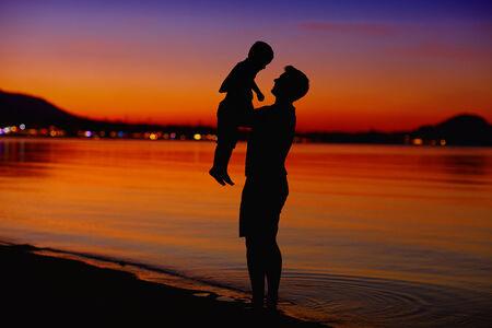 curare teneramente: padre e figlio godono la vita al tramonto Archivio Fotografico