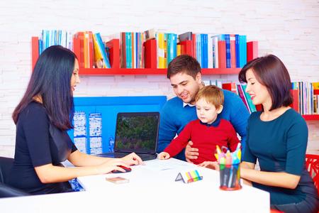 padres hablando con hijos: familia en la oficina, en el profesional Foto de archivo