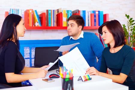 angry couple: clientes enojados hacen afirmaciones acerca de los contratos de negocios