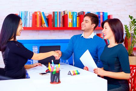 spokojený: spokojených klientů, pár po úspěšné obchodní jednání v kanceláři