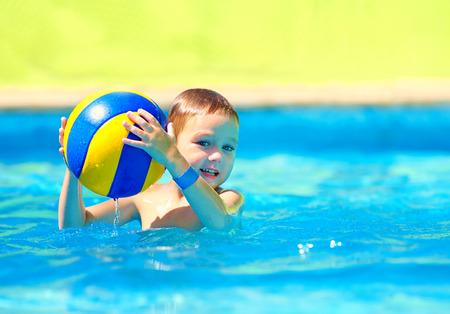 waterpolo: lindo chico jugando en juegos de deportes acuáticos en la piscina Foto de archivo