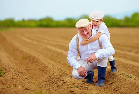 agricultor: La familia feliz agricultor que se divierte en el campo de primavera Foto de archivo