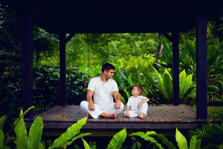 Padre enseña hijo para encontrar el equilibrio interior