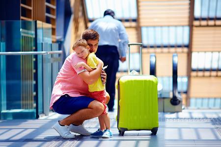 despedida: triste hijo abrazos padre antes de salir de viaje largo