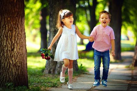 felices los niños lindos saltando en el parque de verano