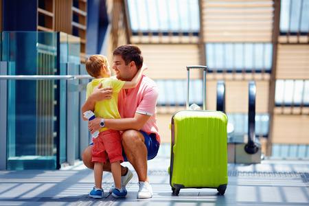 despedida: feliz padre e hijo reuni�n despu�s de una larga separaci�n, en los viajes Foto de archivo