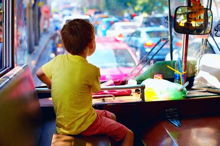 バンコクの街を旅しながらローカルの公共バスに座っている少年 写真素材 - 40531738