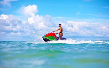 moto acuatica: hombre alegre montar jet ski, océano tropical Foto de archivo