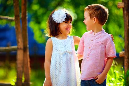 niños riendose: niños riendo lindos que se divierten al aire libre en verano Foto de archivo