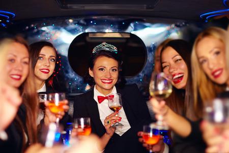 リムジン パーティーのメガネに素晴らしく幸せなエレガントな女性のグループ