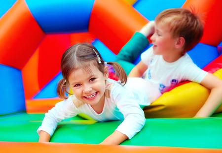 niños en area de juegos: felices los niños que se divierten en patio en el jardín de infantes