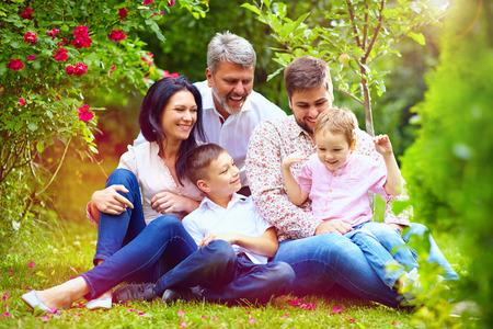 Grote gelukkige gezin samen in de zomertuin Stockfoto - 41822504