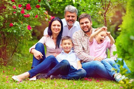 Grote gelukkige gezin samen in de zomertuin Stockfoto - 41903092