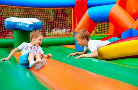 Niños felices divertirse en la atracción inflable parque infantil Foto de archivo - 42035818