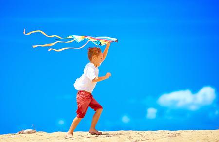 papalote: niño feliz corriendo con la cometa en el cielo de fondo