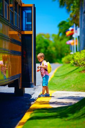 niño escuela: niño, cabrito que consigue en el autobús escolar, listo para ir a la escuela Foto de archivo