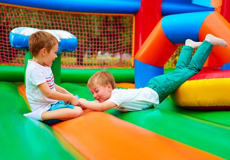 opgewonden kinderen met plezier op opblaasbare attractie speelplaats