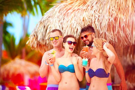 jovenes tomando alcohol: grupo de amigos felices en divertirse en la playa tropical, fiesta de las vacaciones de verano