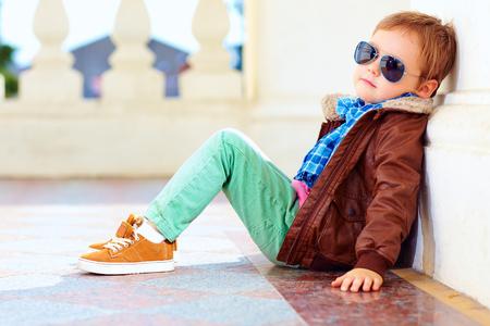 mode: porträtt av fashionabla pojke nära väggen Stockfoto
