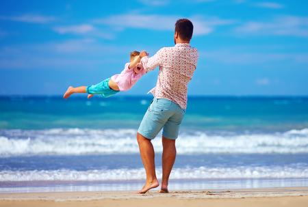 幸せな興奮して父と息子の夏のビーチで遊んで、人生を楽しむ 写真素材
