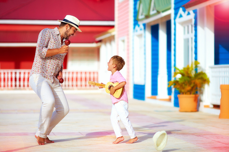 gelukkig gezin afspelen van muziek en dansen op Caribische straat Stockfoto