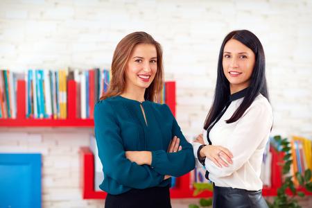 Portrait von zwei hübsche Geschäftsfrauen im Büro Standard-Bild - 46528458